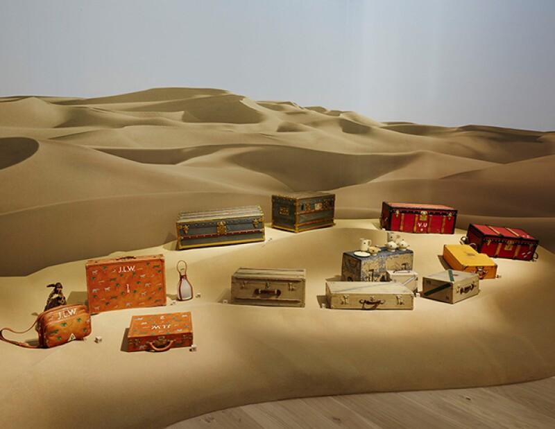 """La exhibición """"Volez, Voguez, Voyagez"""" muestra baúles hechos para exploradores que cumplían necesidades básicas del viajero."""