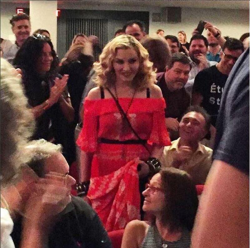 De manera inesperada, la cantante asistió a la proyección especial de su documental de 1991 &#39En la cama con Madonna&#39 para deleitar a sus fans y respaldar al director, su amigo Alek Keshishian.