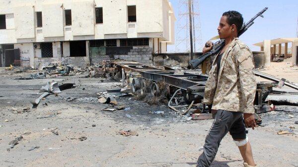 La CIA advierte que el grupo terrorista busca nuevas formas para flitrarse a Occidente. En la foto, un miembro de seguridad hace un recorrido tras un ataque de ISIS en Libia este jueves.