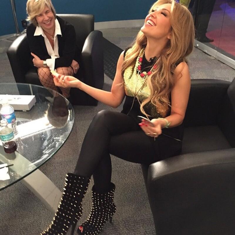 Previo a su aparición en Primero Noticias, Thalía se mostró de lo más sonriente y de buen humor.