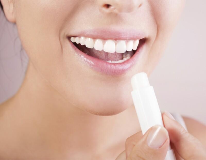 Los rayos UV no solo afectan la piel, también llegan a lastimar los labios. Es importante que sepas cuidarlos contra el sol, no sólo en vacaciones, pero también cualquier día del año.