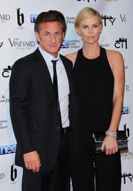 Charlize acudió a una fiesta acompañada por su novio Sean Penn.