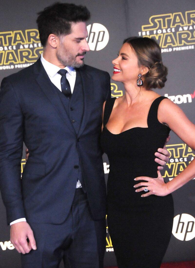 Joe y Sofía se mostraron muy enamorados durante su paso por la red carpet.