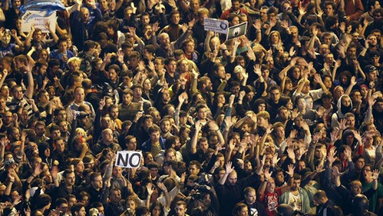 Miles de personas se reunieron en la Plaza de Neptuno para hacer una cadena humana.