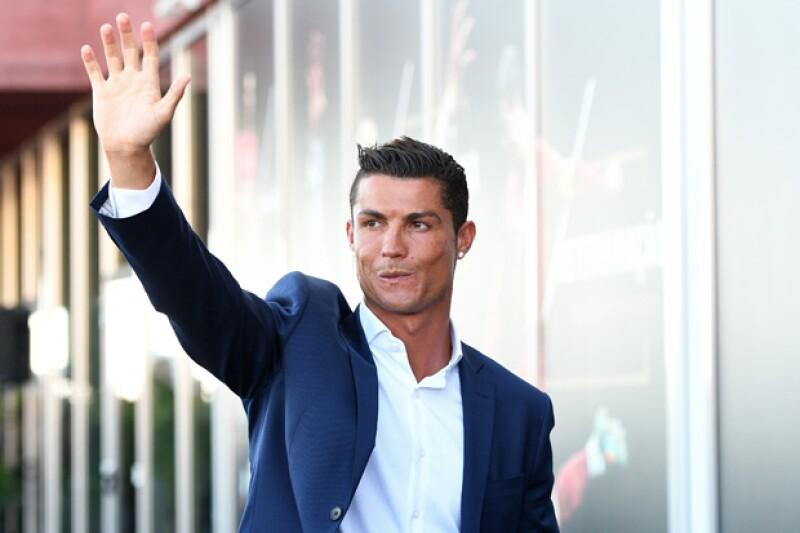 Durante un paseo casual por Beverly Hills, el futbolista estrella demostró lo harto que está del hostigamiento de sus fans, al grado de no dejar a un joven tomarse una foto con él.