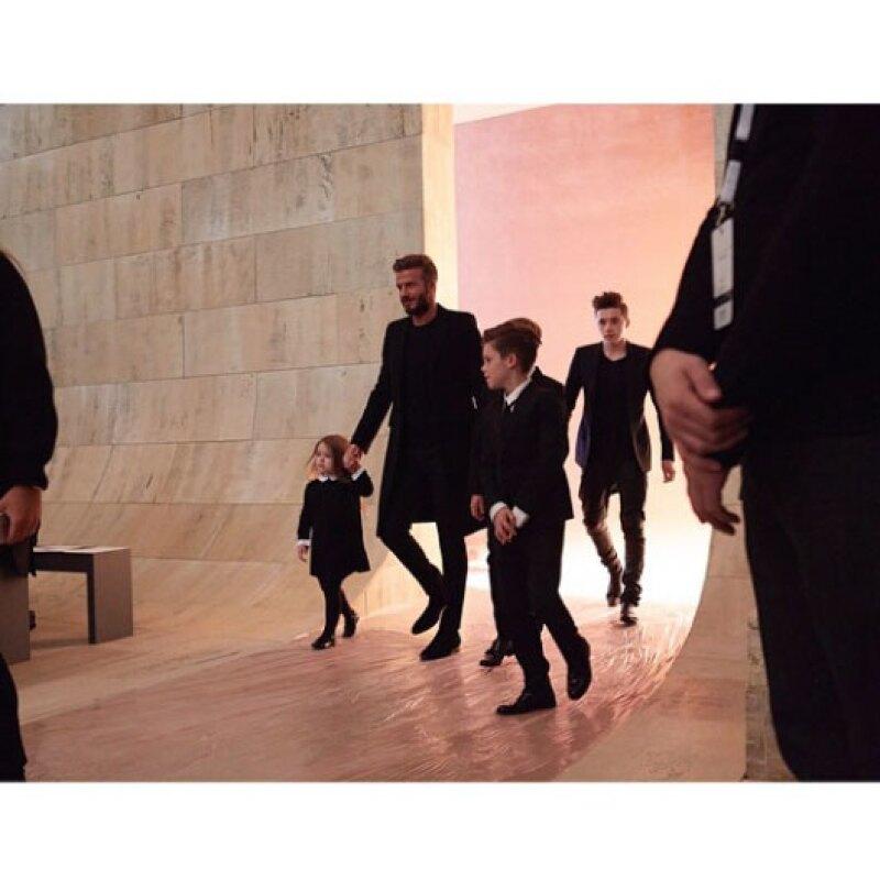 Brooklyn, Romeo, Cruz y Harper se dieron cita junto a su papá en Nueva York Fashion Week, donde le hicieron saber a Victoria cuánto la quieren y apoyan en su carrera como diseñadora de modas.