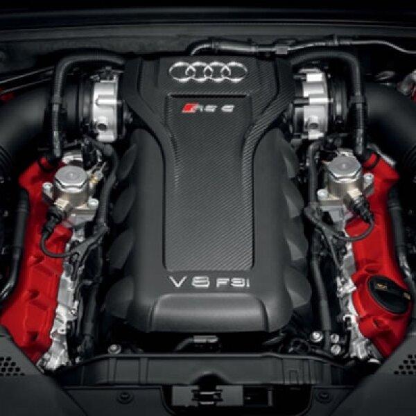 Cuenta con un motor Audi V8 de gasolina de inyección directa FSI con una presión de 120 bar y potencia de 450 caballos de fuerza (331 kW), con un par máximo de 430 Nm y aceleración de cero a 100 km/h en 4,6 segundos.