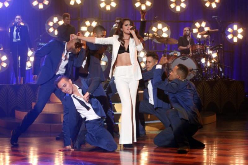 """Tras ser tan criticada por su peso, la cantante muestra su renovada figura durante la presentación de su canción """"Same old love"""" en The Ellen Show."""