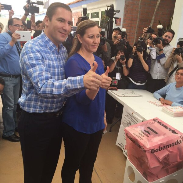"""Rafael Moreno Valle, gobernador de Puebla, votó en Puebla. """"No puedo declarar por la veda"""", fue lo único que dijo."""