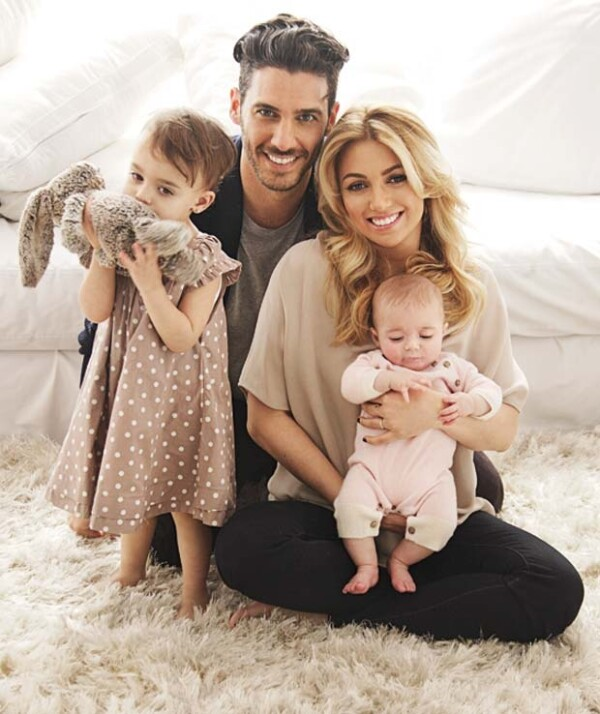 Erick Elías con su esposa, Karla Guindi, y sus hijas, Penélope y Olivia.
