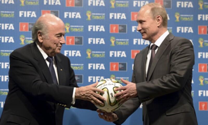 En 2014 el entonces presidente de la FIFA, Joseph Blatter, entregó oficialmente la Copa 2018 al presidente ruso Vladimir Putin. (Foto: Reuters )