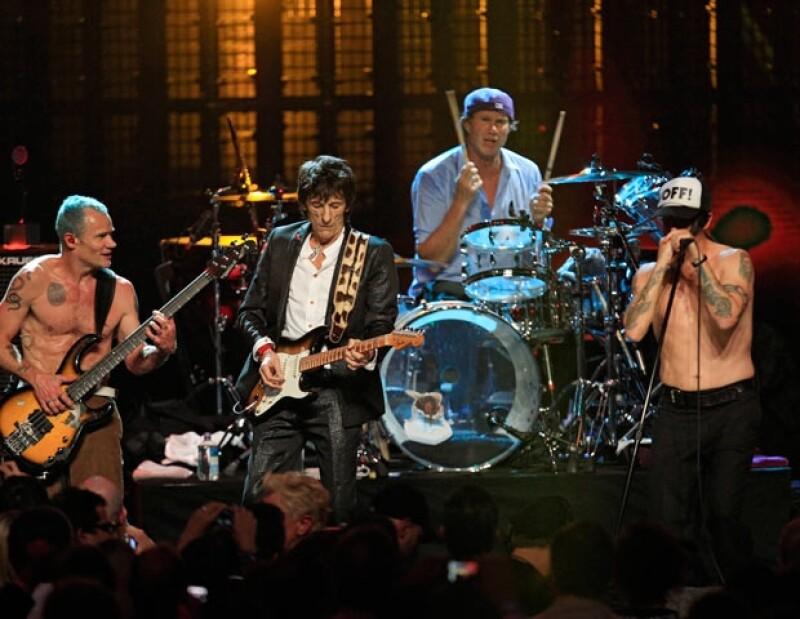 Los Red Hot Chili Peppers durante su actuación en el Salón de la Fama del Rock, con Ron Wood como guitarrista invitado.