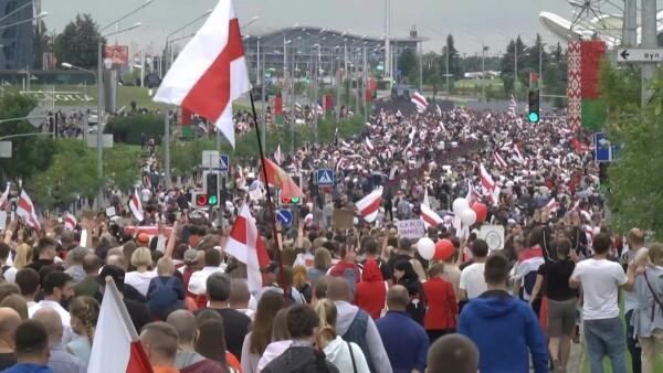 Miles de manifestantes desafían la represión de Lukashenko en Bielorrusia