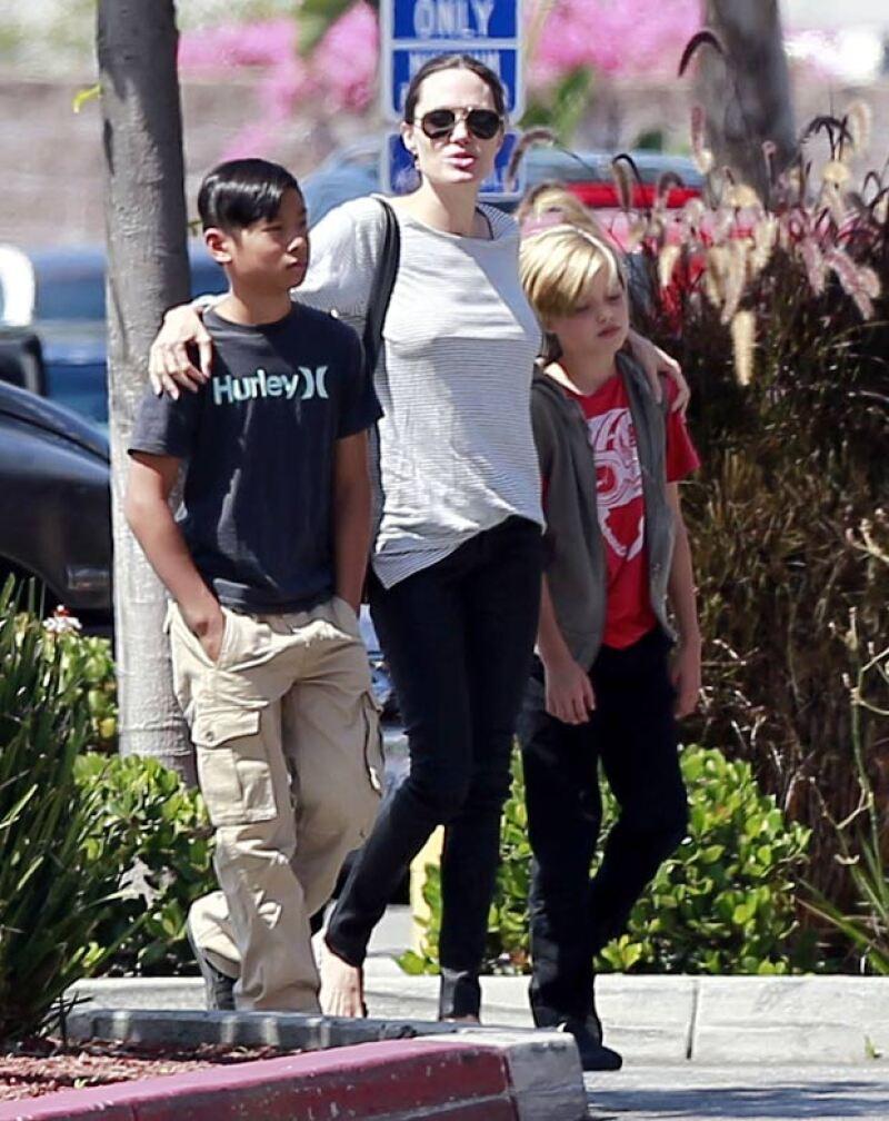 Angelina Jolie fue captada como toda una amorosa madre con sus hijos Pax y Shiloh.