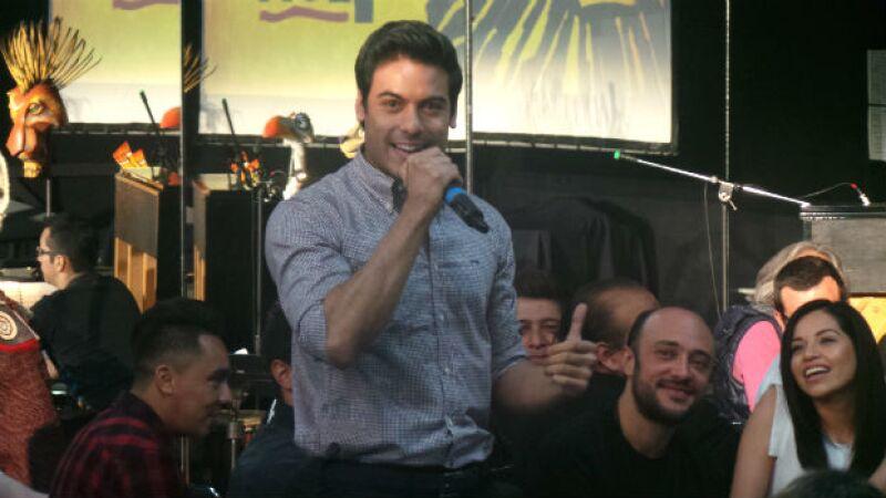 Carlos Rivera en el momento de presentación de todo el elenco del musical.