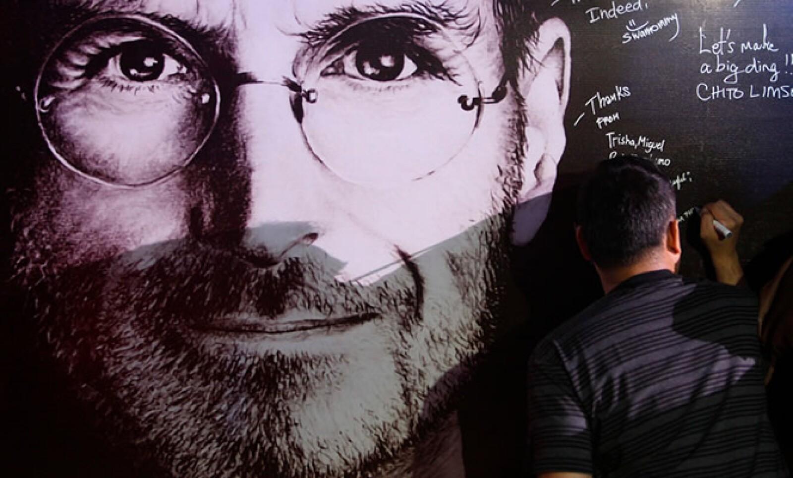 Mientras las tienda de Apple abrían sus puertas, la gente dejaba mensajes para recordar al CEO de la firma, Steve Jobs, fallecido el 5 de octubre.