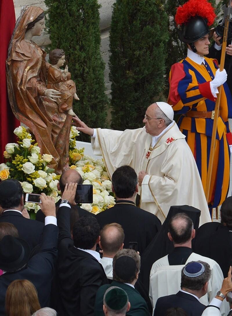 Alrededor de 800, 000 peregrinos se dieron cita este domingo en la Plaza de San Pedro en el Vaticano para ser testigos de este hecho histórico dentro de la iglesia Católica.