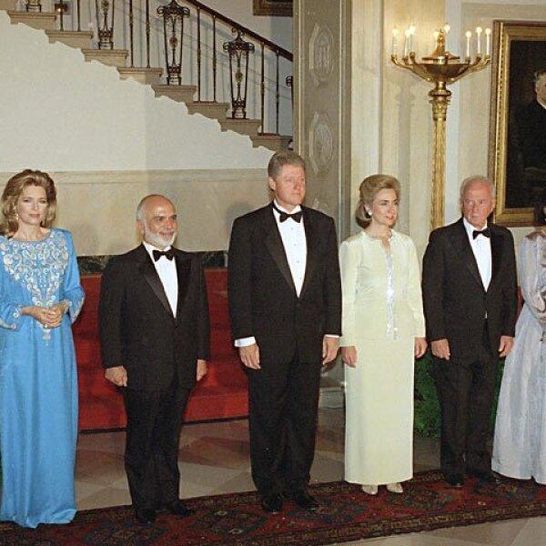 El ex presidente de EU Bill Clinton con su esposa, Hillary, el ex primer ministro Rabin con su esposa, el rey Hussein y la reina Noor en la Casa Blanca, el 25 de julio de 1994.