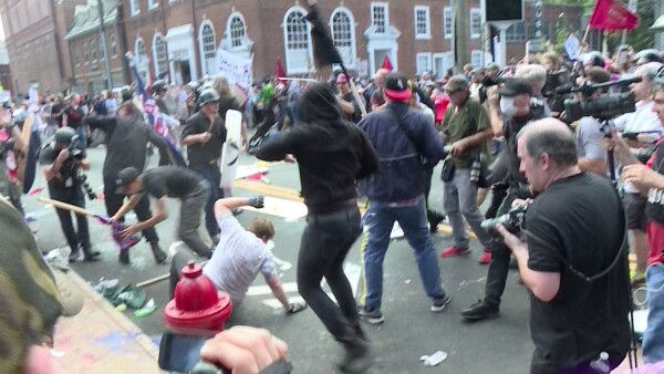 Marcha de nacionalistas blancos desata violencia en Charlottesville, Virginia