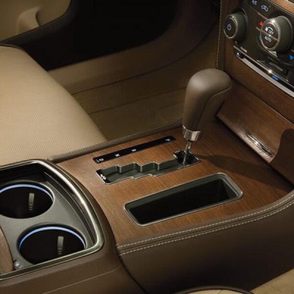 Posee una pantalla táctil de 8 pulgadas, con GPS de la marca Garmin, ocho bocinas, calefacción para cada asiento, pedales y volante ajustables, entre otras prestaciones.