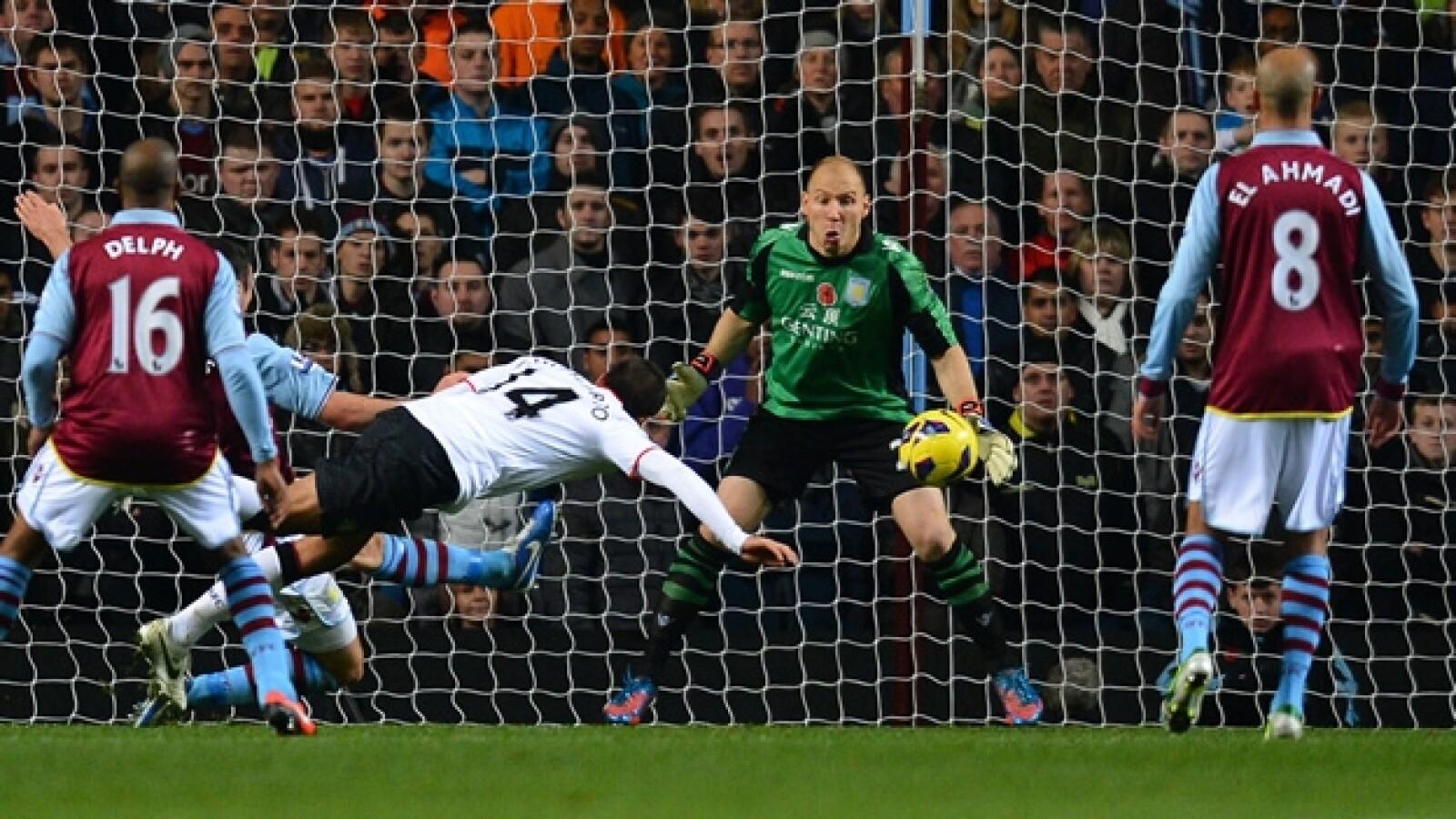 Chicharito goles vs. Aston Villa 1