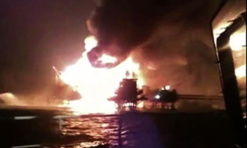 Pemex informó en Twitter que tiene ocho barcos para atender el incendio. (Foto: AFP )