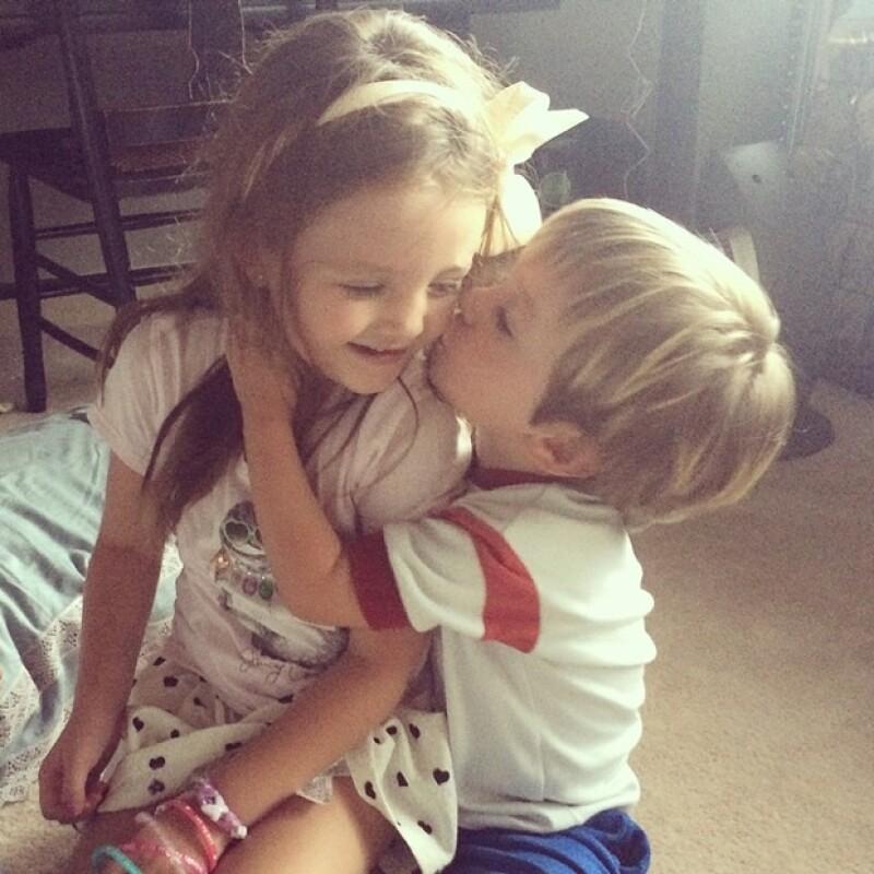 Adorable y coqueto, Bruno, uno de los triates de Inés Gómez Mont le robó un beso a esta pequeña.