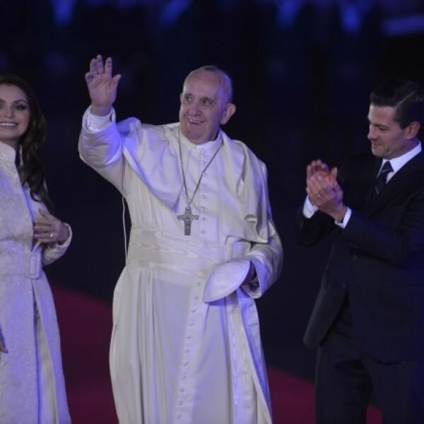 El papa arribó por primera vez a México como pontífice y fue recibido por la pareja presidencial.