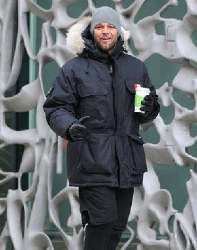El cantante fue captado caminando muy relajado por las heladas calles de la Gran Manzana.