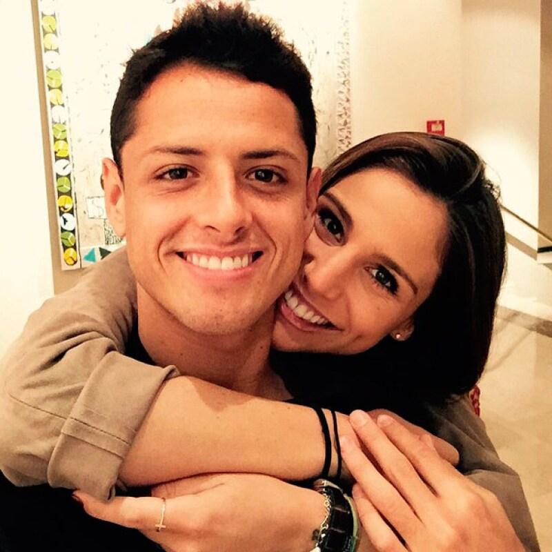 Tras la lesión que sufrió en el brazo durante el partido de México contra Honduras, el futbolista se sometió a una operación, y a pesar de la distancia, su novia lo apoya en las redes sociales.