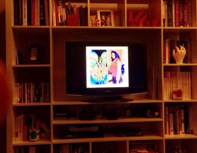 """La actriz y cantante """"viéndose"""" en la pantalla."""