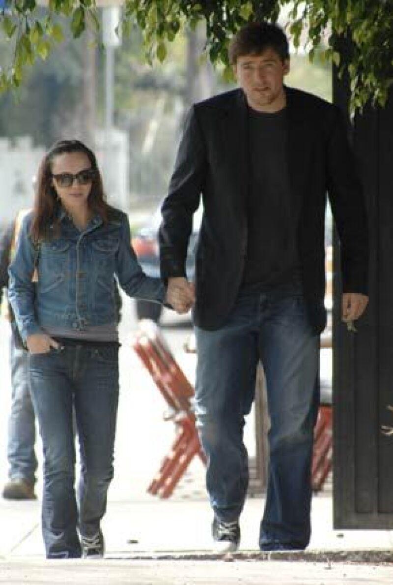 La actriz, que se hiciera famosa por su interpretación de Merlina en Los locos Adams, y su novio llevan un año con la relación.
