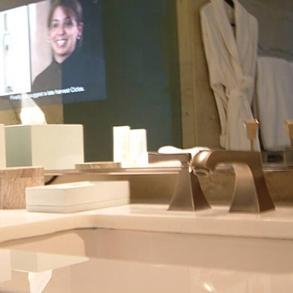 Cherie Stinson, líder del equipo de diseño interior, compara los baños con una gruta natural por su diseño de curvas y tonos verdes pero con un tono moderno y urbano.