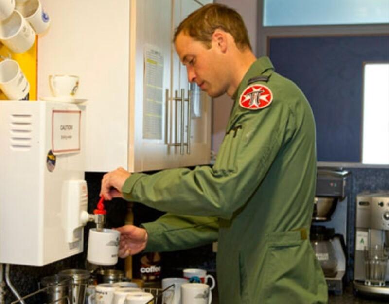 Guillermo de Inglaterra se prepara su propio café por la mañana.