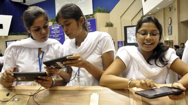 Estudiantes indios revisan la tableta Aakash