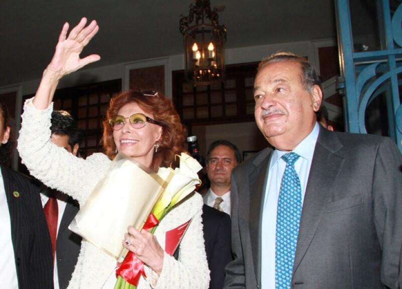Sophia Loren y Carlos Slim a su salida del Teatro de la Ciudad, evento que cerró con broche de oro el homenaje a la italiana con motivo de sus 80 años.