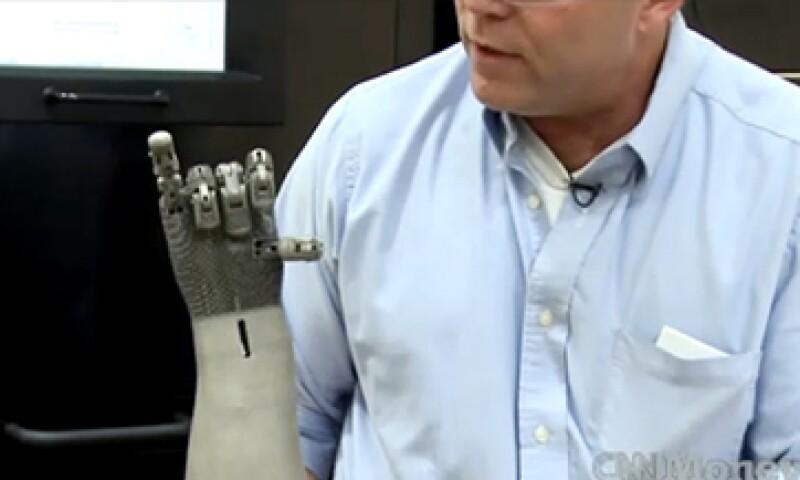 Una prótesis robótica de un brazo humano creado en una impresora 3D puede costar solo 75 dólares. (Foto: Cortesía CNNMoney)