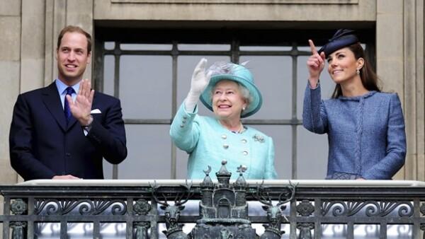 Aquí Guillermo, Isabel II y Kate saludando a los presentes desde el balcón.