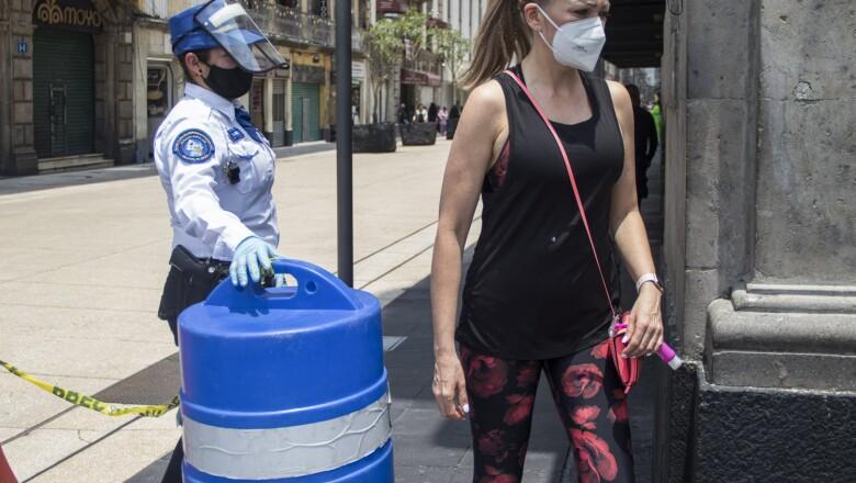 La policía capitalina, en la calle de Madero, solo permite el ingreso de personas, para salir sólo se puede hacer por la calle de Tacuba. Poco a poco el Centro Histórico comienza a ser visitado.