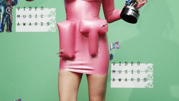 Como ya es costumbre, Miley desató polémica durante el show de su nuevo tema &#39Dooo it&#39 en los VMAs, por lo que MTV ha decidido lanzar la versión completa de éste.