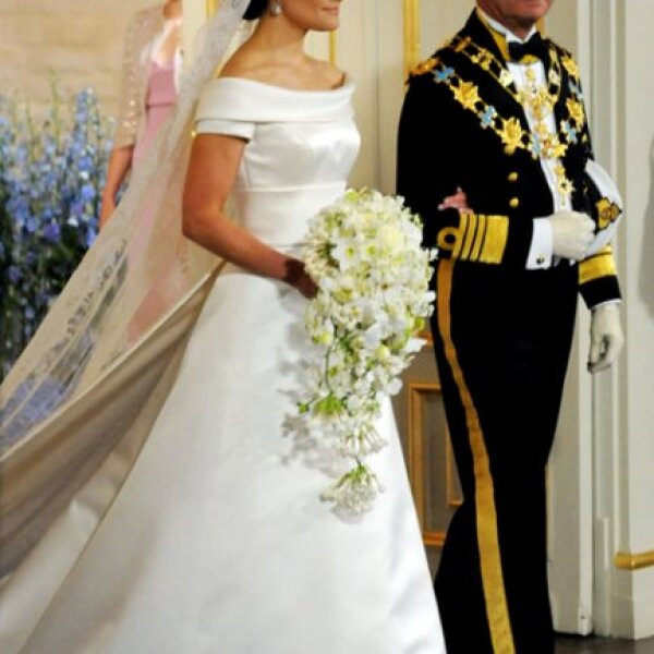 La Gran Princesa Victoria de Suecia entra a la iglesia del brazo de su padre el Rey Carl Gustaf de Suecia.