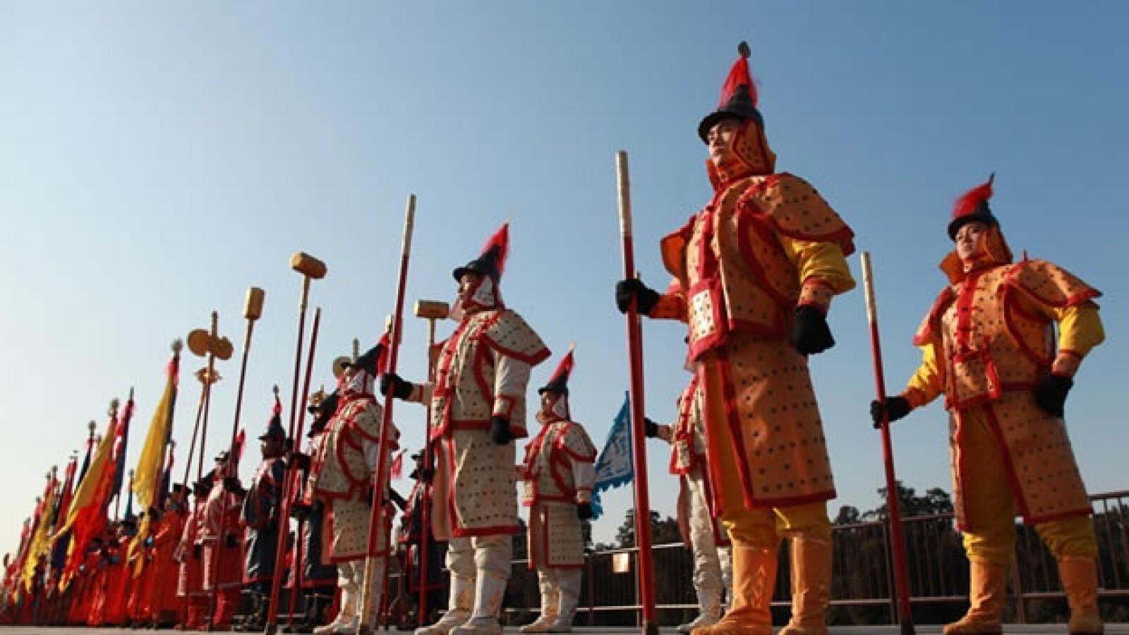 actores vestidos con disfraces de soldados
