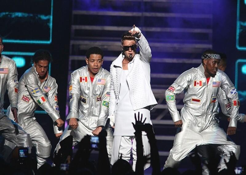 Además de actuar previamente en el escenario en el que el astro pop enloqueció a miles de fans, la cantante mexicana convivió con él tras bambalinas, asegurando que se portó de lo mejor.