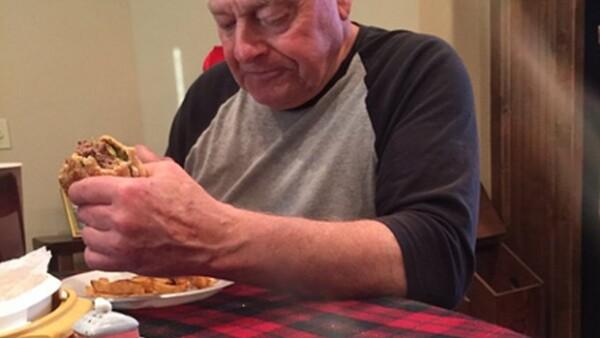 Este hombre preparó hamburguesas y helado para sus nietos y éstos no se presentaron. La foto de su reacción se ha vuelto viral en redes. Te contamos qué pasó.