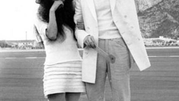 Una semana después de que Paul McCartney contrajera nupcias Yoko Ono y John Lennon se casaron el 20 de marzo 1969 en Gibraltar. Yoko decidió usar una minifalda acompañada de lentes oscuros, calcetas arriba y un sombrero.