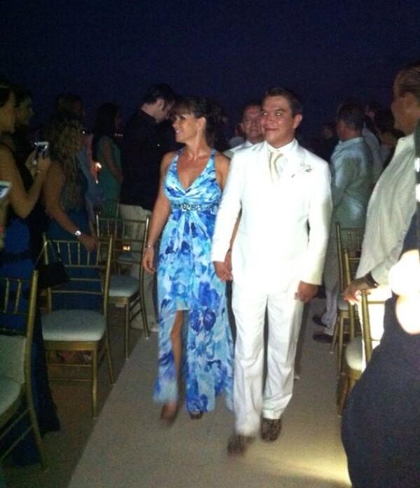 El novio llegó a la boda del brazo de su madre, vestido todo de blanco.