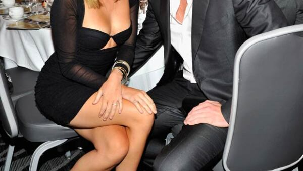 La cantante publicó una foto de sus vacaciones con su pareja, el actor australiano Liam Hemsworth, y su perrita Dora.