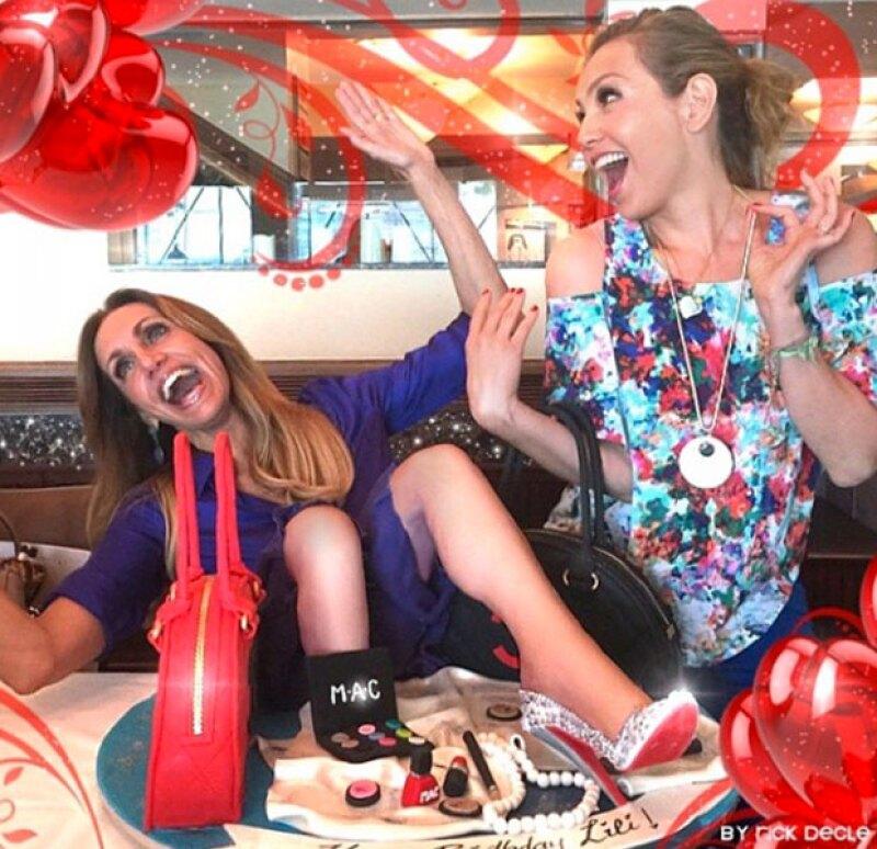 Thalía y Lili posan junto al pastel especialmente hecho para la cumpleañera.