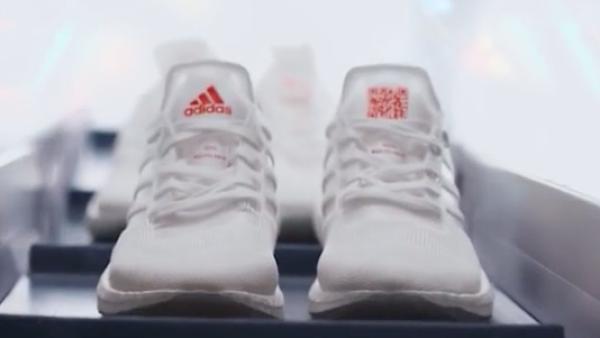 Correr sobre plástico reciclado, así son los nuevos tenis de Adidas