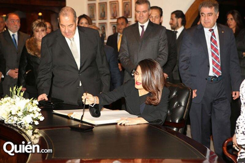 Salma firmó el libro de visitas.